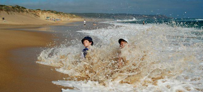Barn på en strand